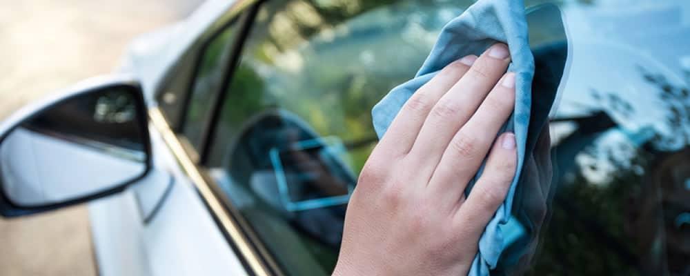 Почему необходима специальная жидкость для чистки стеклянных и зеркальных поверхностей автомобиля?